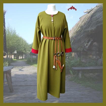 Langes Kleid, Ausschnitt geschlitzt